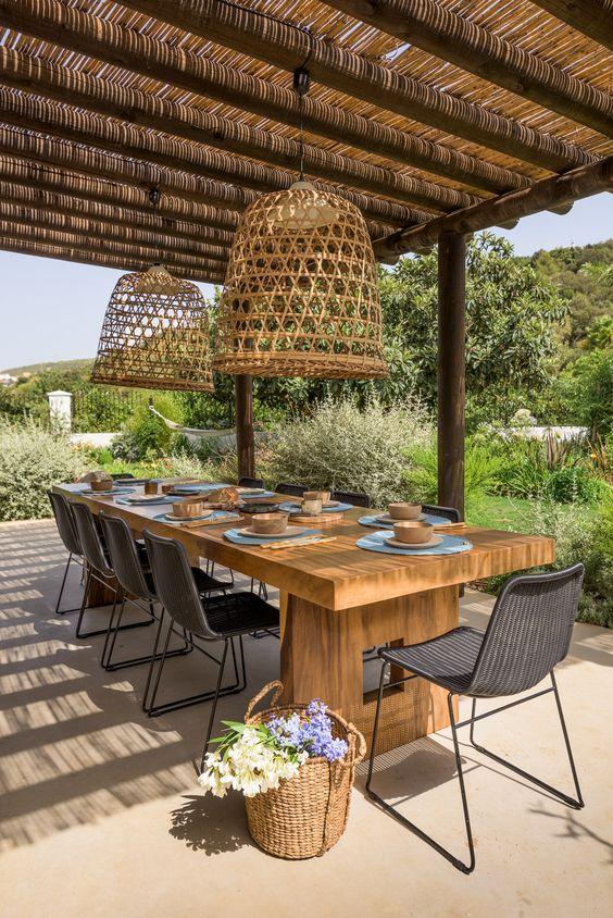 Mesa de jardim de madeira com cadeira preta