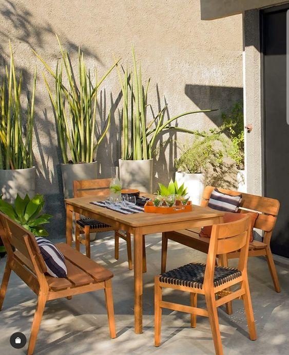 Mesa de jardim de madeira com cadeiras