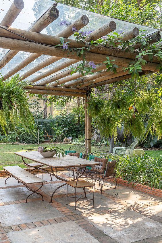 Mesa de jardim de madeira com ferro
