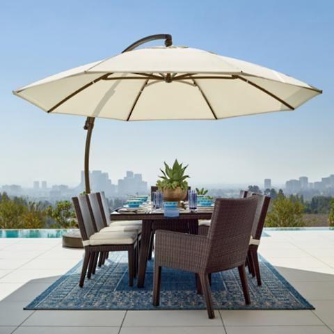 Mesa de jardim de madeira com guarda sol amplo