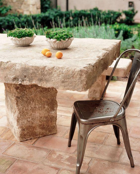 Mesa de jardim de pedra com cadeira de ferro