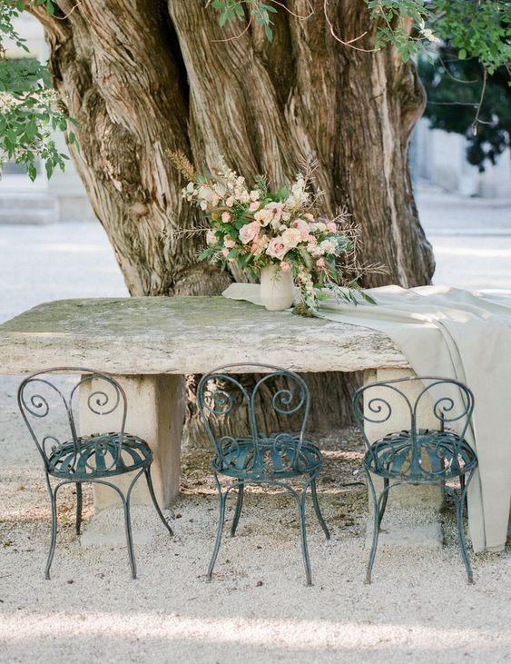 Mesa de jardim de pedra e cadeira de ferro