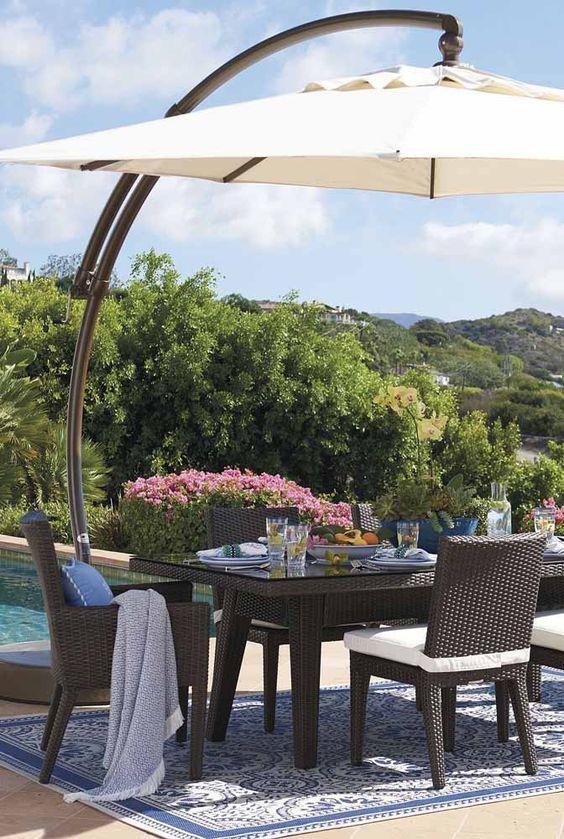 Mesa de jardim e piscina de fibra