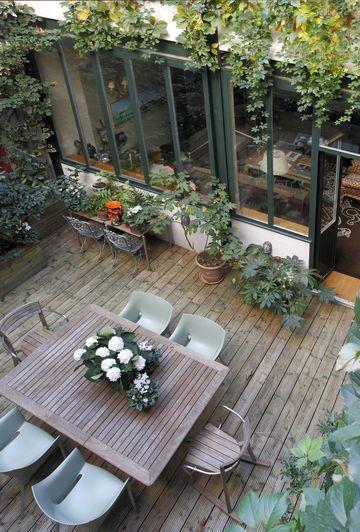 Mesa de jardim quadrada com 6 lugares de madeira e cadeiras modernas