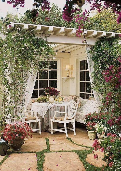 Mesa de jardim redonda e branca