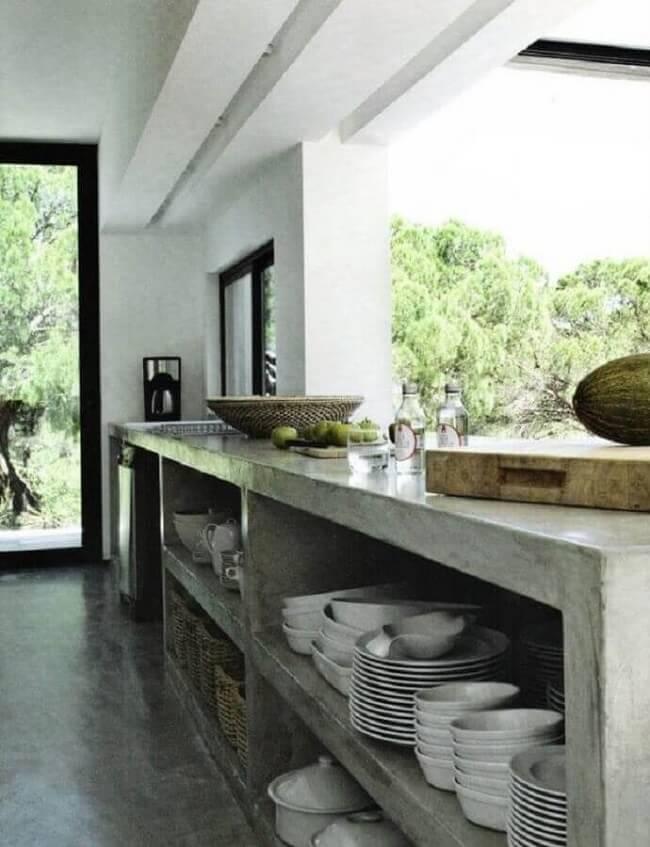 Modelo de bancada de cimento queimado repleto de nichos que auxiliam na organização de itens de cozinha. Fonte: One Kindesign