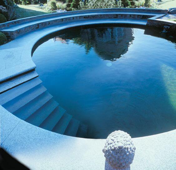 Modelo de piscina estrutura redonda com escada de alvenaria interna. Fonte: Pinterest