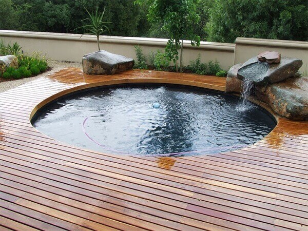 Modelo de piscina redonda estruturada sobre o deck de madeira. Fonte: Pinterest