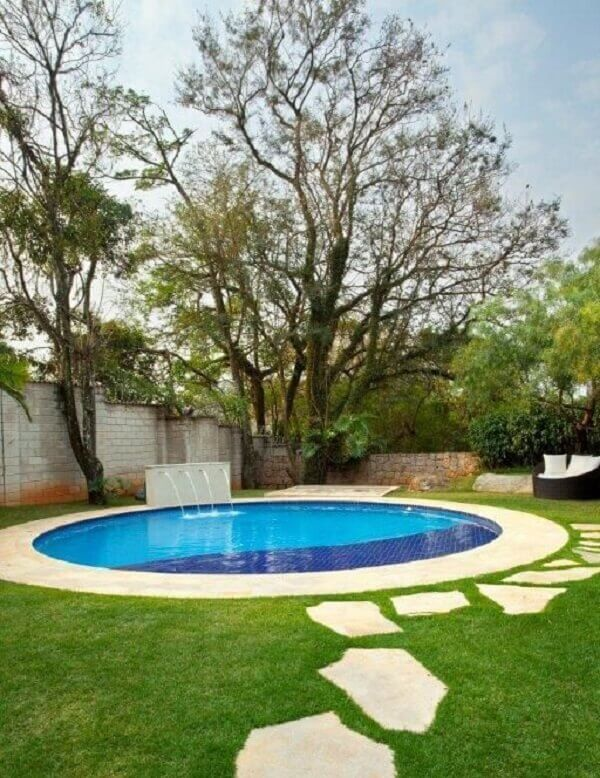 Modelo de piscina redonda grande com cascata. Projeto de Jannini Sagarra Arquitetura