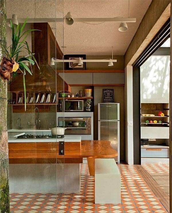 Modelo de piso colorido cozinha em tons terrosos deixa o ambiente mais descontraído