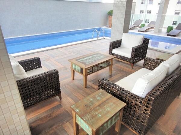 Modelo de sofá de vime para área externa com estofado branco