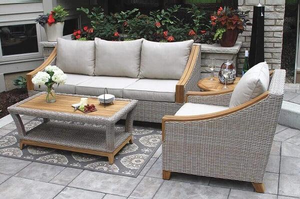 Modelo de sofá de vime para sala pintado de cinza leva modernidade para o ambiente