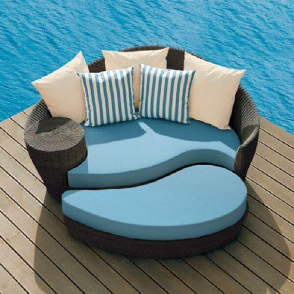 Modelo de sofá de vime redondo com estofado azul charmoso