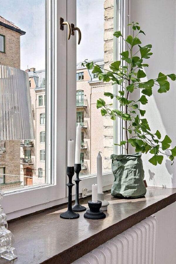 Montar uma prateleira é uma boa ideia na hora de estruturar a decoração da janela. Fonte: DesignRulz