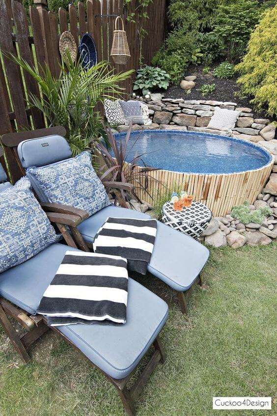 Móveis para piscina pequena de madeira e estofado azul