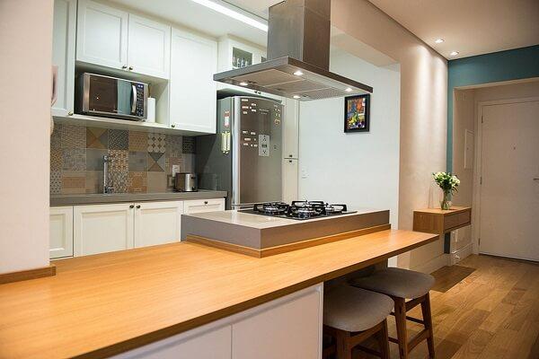 Dans cette cuisine américaine, la pierre silestone grise délimite la surface de la table de cuisson