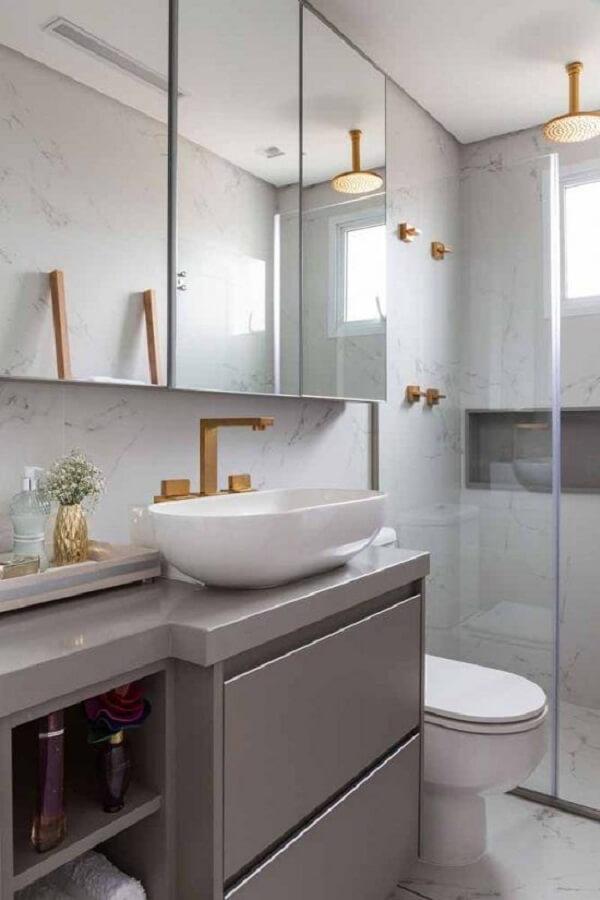 O acabamento em silestone se mistura com o acabamento da bancada do banheiro