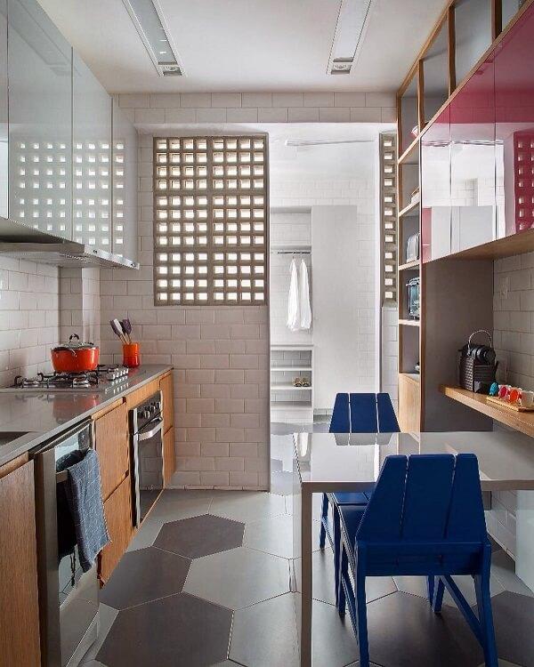 La table de cuisson sur le comptoir en silestone gris optimise l'espace dans la cuisine