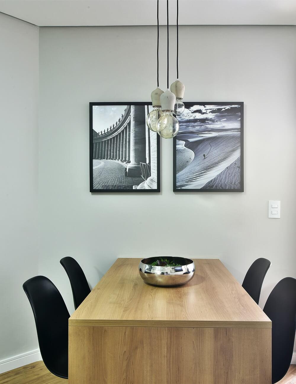 Le couloir étroit a la présence d'une table rectangulaire qui se fixe au mur.  Photo: Poupée Sidney