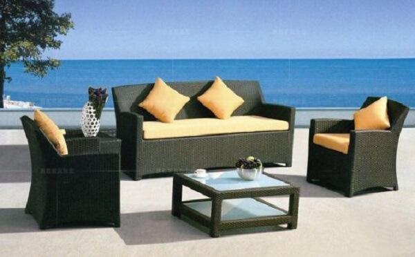 O estofado colorido traz um toque diferenciado para o sofá de vime