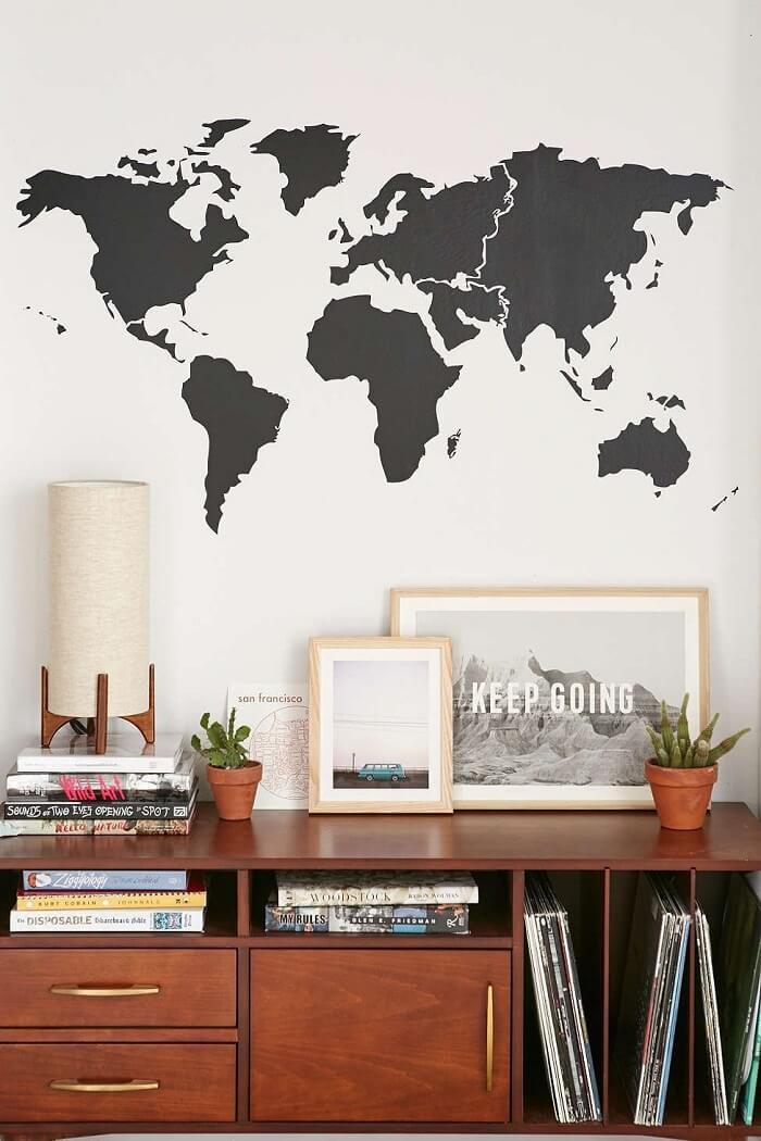 O mapa mundi é uma ótima alternativa de adesivo para parede. Fonte: Pinterest