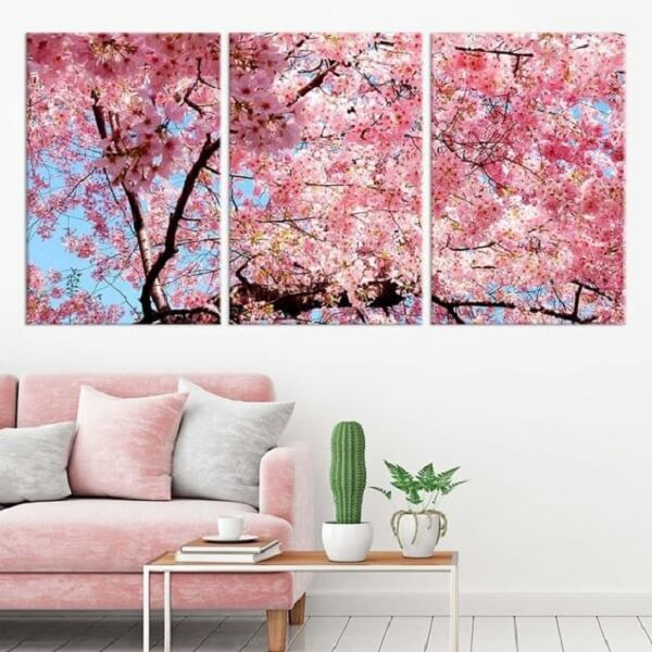 O mosaico de quadros na parede formam a imagem de uma cerejeira grande. Fonte: Pinterest
