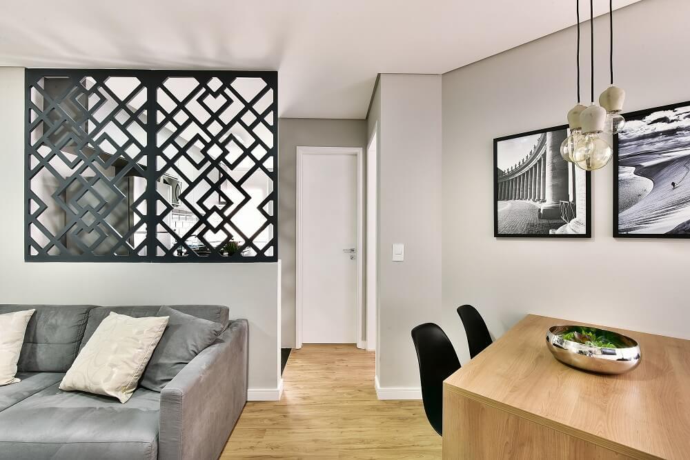 Le panneau creux aux figures géométriques cherche à définir l'ambiance du salon et de la cuisine.  Photo: Poupée Sidney