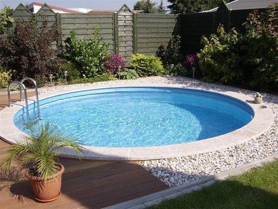 O paisagismo do entorno deixou a piscina de fibra redonda ainda mais acolhedora. Fonte: Arkpad