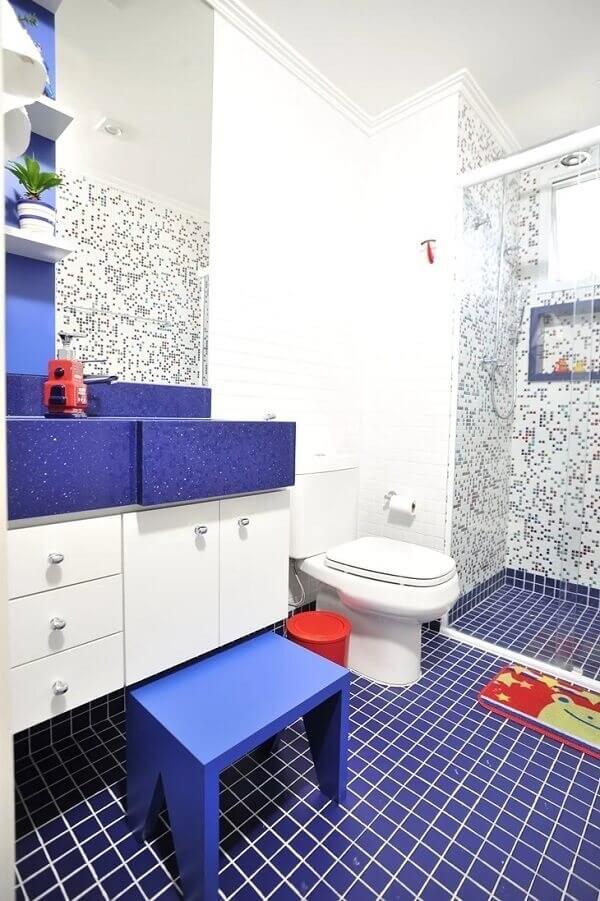 O piso colorido é perfeito para decorar o banheiro infantil