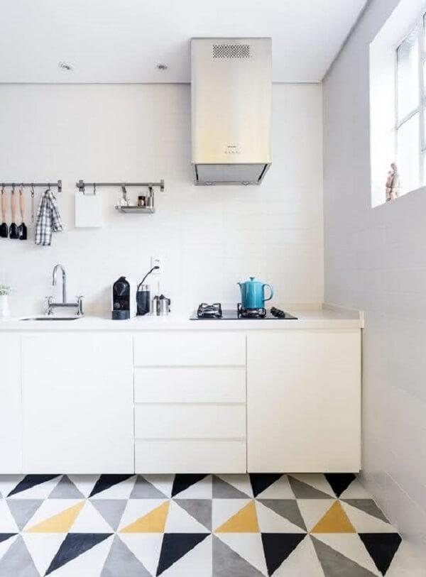 O piso colorido com forma geométrica é uma tendência na decoração de cozinhas