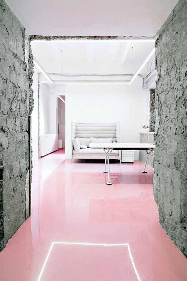 O piso colorido em porcelanato líquido garante uma cobertura uniformizada