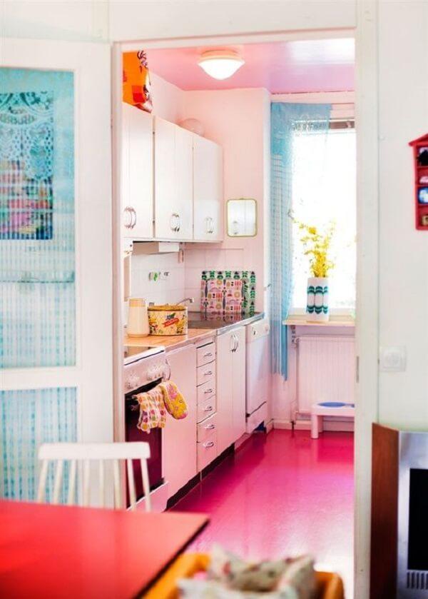 O piso colorido rosa traz um toque romântico para a decoração