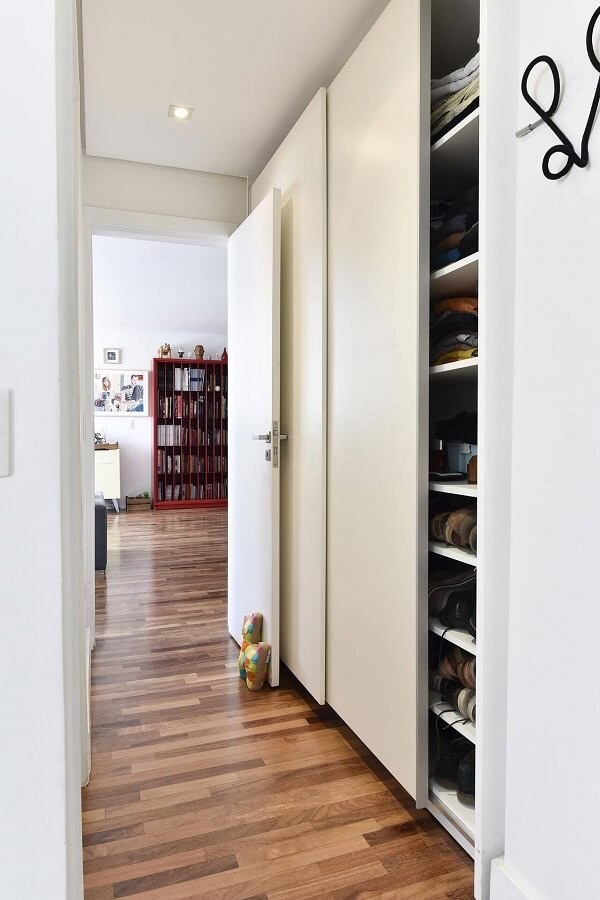 O piso de madeira colorido com nuances de marrom se estende por vários cômodos da casa