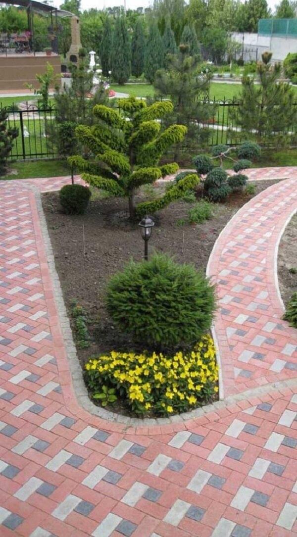 O piso intertravado colorido forma lindos caminhos pelo jardim da residências
