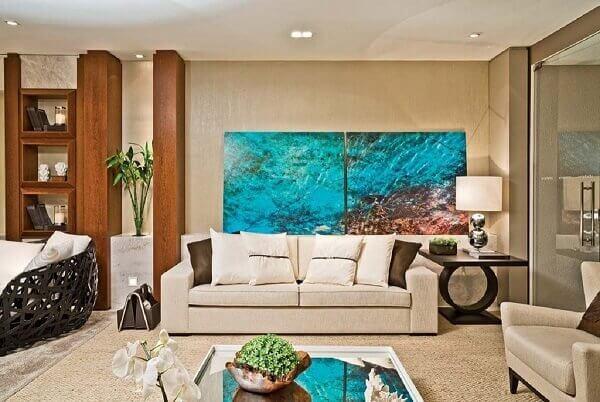 O quadro mosaico abstrato traz um toque de cor para a sala de estar. Fonte: Pinterest