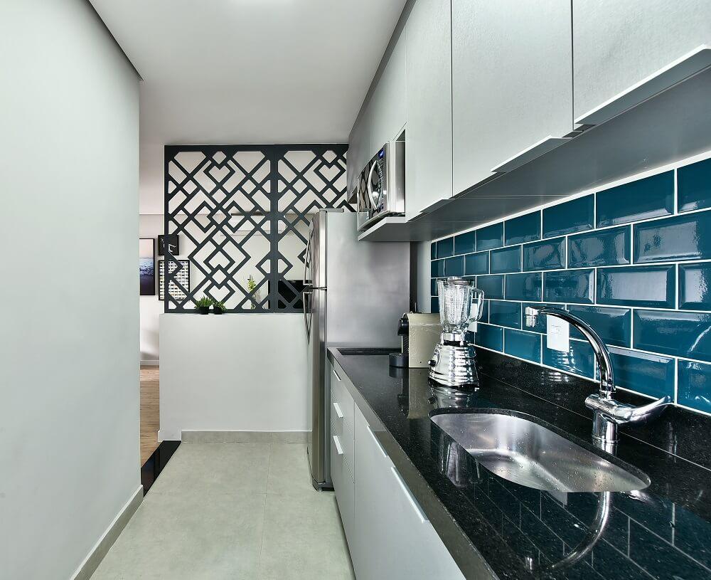 Le revêtement de couleur bleue ajoute de la valeur à l'esthétique de la cuisine et protège le mur de la graisse et des éclaboussures d'eau et de savon.  Photo: Poupée Sidney