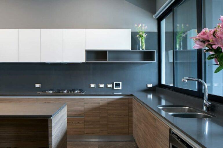 O silestone cinza escuro se estende por toda a extensão da bancada da cozinha