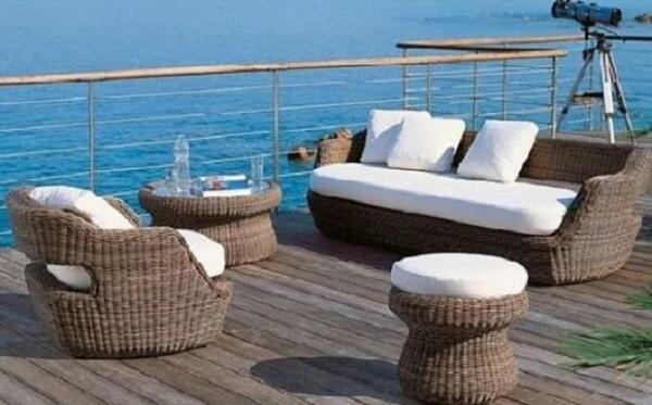 O sofá de vime combina perfeitamente com casas de praia