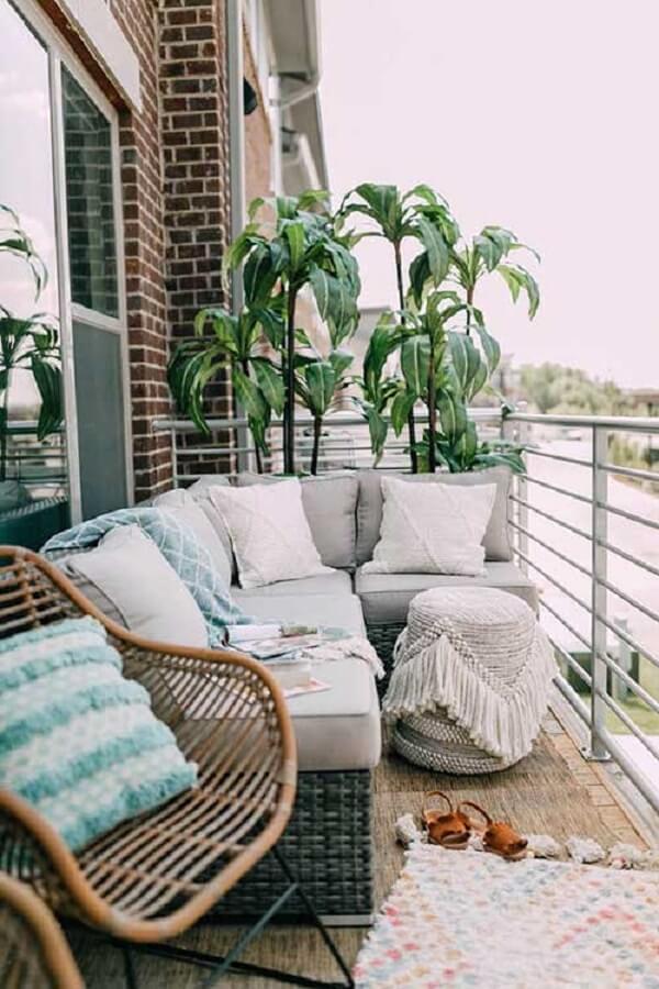O sofá de vime de canto se encaixa perfeitamente nessa varanda
