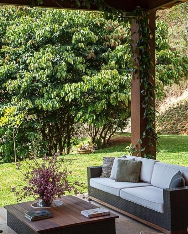 O sofá de vime para área externa combina perfeitamente com casas de campo