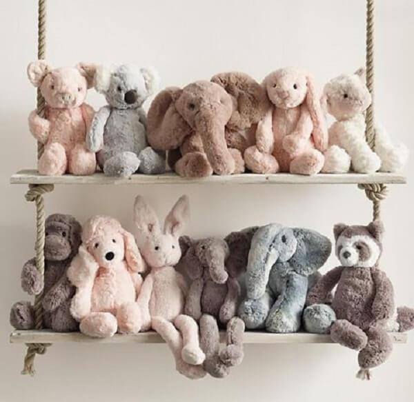 Organize as pelúcias na prateleira de corda e madeira. Fonte: Pinterest