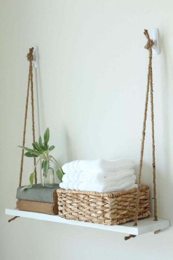 Organize as toalhas de rosto do banheiro na prateleira de corda. Fonte: Pinterest