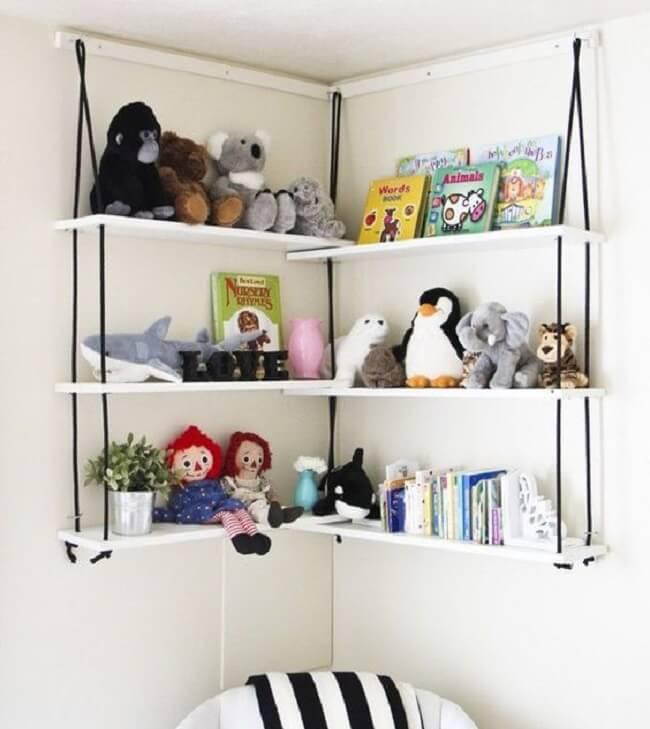 Organize os brinquedos e as pelúcias na prateleira de corda. Fonte: Pinterest
