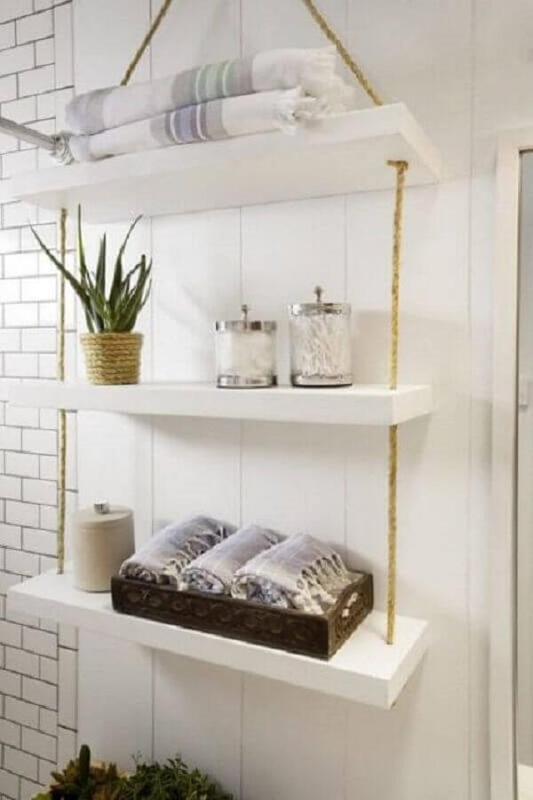 Organize os itens do banheiro na prateleira com corda de sisal. Fonte: Homedit