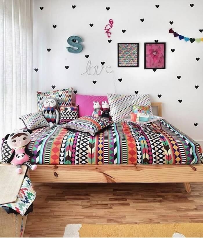 Os adesivos em formatos de coração invadem a parede deste dormitório. Fonte: Mooui