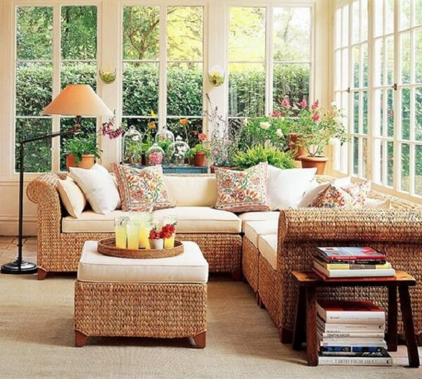 Os assentos do sofá de vime podem ter tampos removíveis que facilitam a limpeza