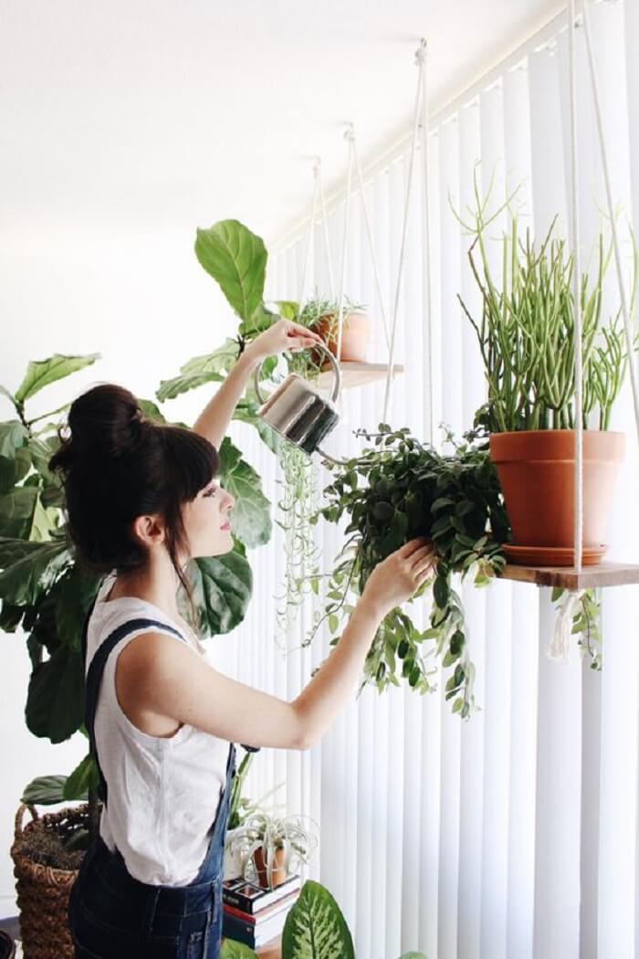 Os vasos de plantas ficam expostos na prateleira de corda. Fonte: Blog UrbanOutfitters