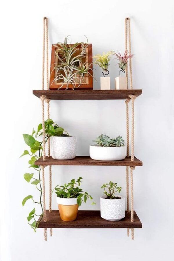 Os vasos decorativos sobre a prateleira de corda trazem frescor para a decoração. Fonte: Etsy