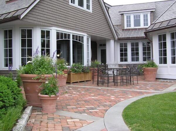 Para garantir o charme do jardim frontal procure utilizar piso colorido intertravado