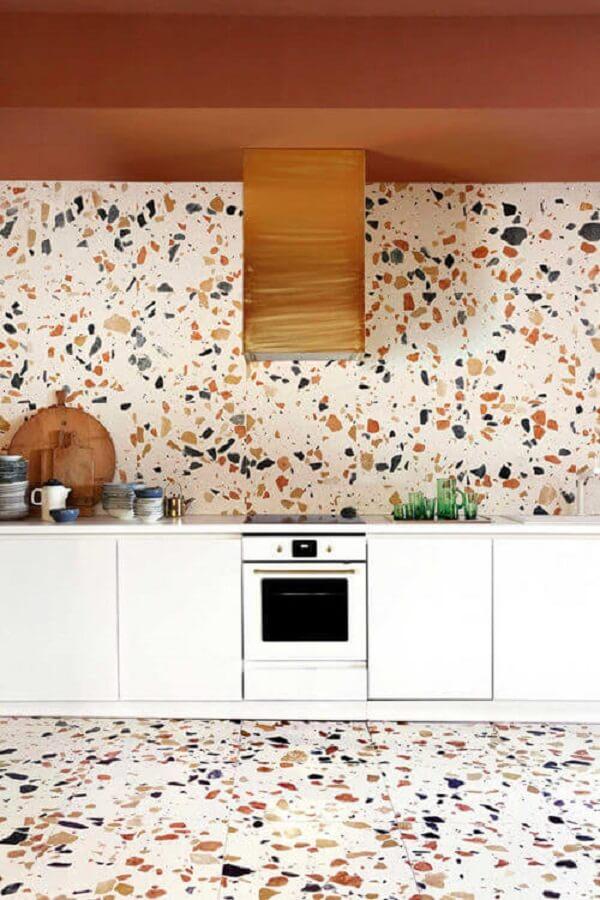 Parede e piso colorido feito em granilite decoram a cozinha